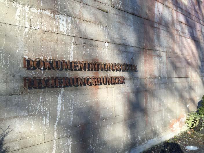 dokumentationsstätte-regierungsbunker-ahrtal-eingangsschild