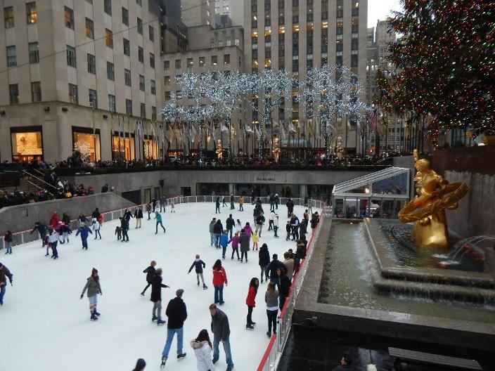 Vorweihnachtszeit in New York Rockefeller Center Eislaufbahn