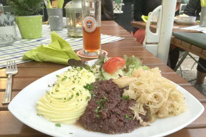 Urlaub im Spreewald Stocherkahnfahrt Einkehr Kaupen Nr. 6 Grützwurst, im Tiegel geschmolzen, mit Sauerkraut und Kartoffelpüree