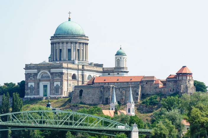Einfahrt in Esztergom über der Stadt thront die berühmte Basilika