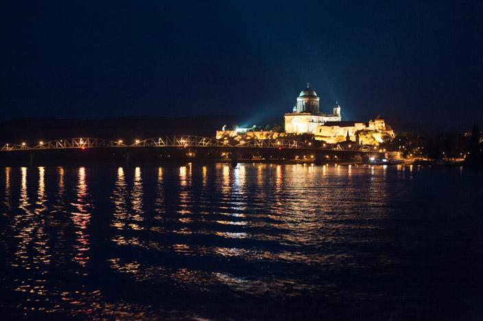 Die Basilika von Esztergom von vorne im Dunkeln