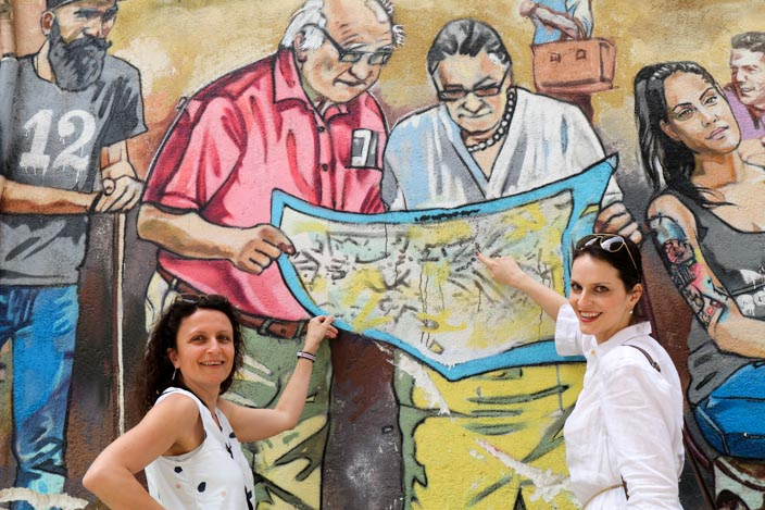 """Nicosia Tipps: Das Grafitti """"Die Menschen Zyperns"""" mit Sabine von Gecko Footsteps und Janine von Bereise die Welt Foto: Thomas von Breitengrad66"""