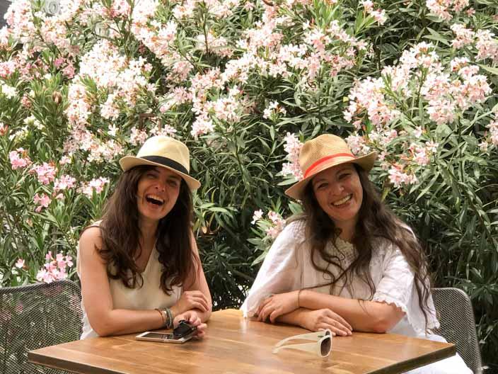 Nicosia Tipps: Bastione Restaurant mit Mandy von Travelroads (links) Foto: Sabine von Gecko Footsteps