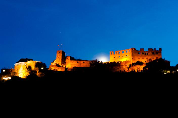 """Burg Rheinfels in St. Goar am Abend beleuchtet für """"Rhein in Flammen"""""""