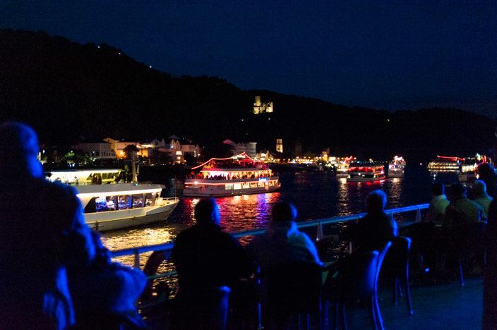"""Blick von der MS Stolzenfels bei """"Rhein in Flammen St. Goar / St. Goarshausen"""" auf das Ufer von St Goarshausen mit der Burg Katz."""