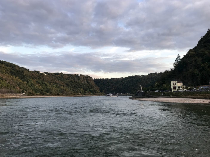 Fahrt auf dem Rhein in Richtung Loreley-Felsen.