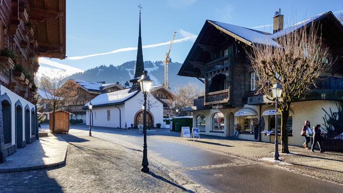 Bummel durch Gstaad Kirche und Häuser im Chalet-Stil