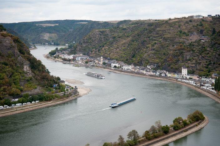 Blick auf den Rhein: Vom Aussichtspunkt auf dem Loreley-Felsen