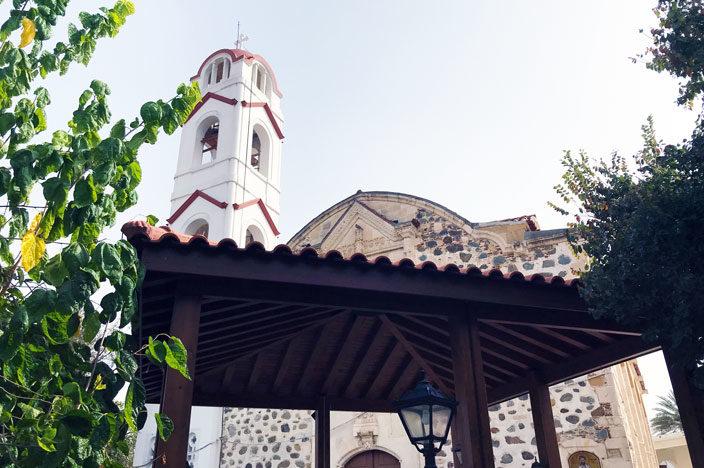 Lythrodontas: Dorfplatzmit der Kirche des Agios Therapontas