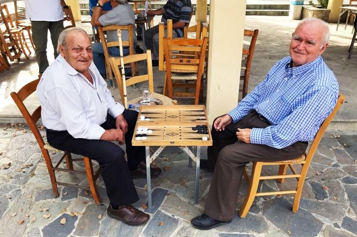 Lythrodontas: Belebter Dorfplatzmit Backgammon-Spielern