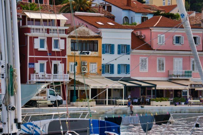 Wie bunte Bauklötze aus der Pastellmädchenreihe wirken die Häuser der Hafenstadt.