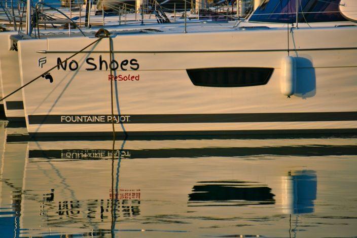 """Unser Katamaran, die """"No Shoes"""", im Sonnenuntergangslicht in der Marina Pomer."""