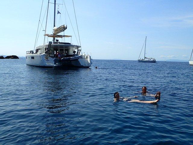 Schwimmen am Kap Sounion in der Bucht des Poseidontempels.