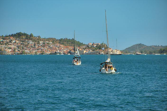 Boote fahren nach Poros